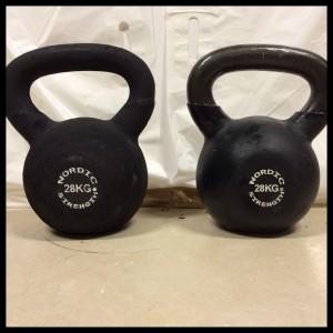 Den 28 kg. tunge Kettlebell til højre og den lette skum Kettlebell til venstre